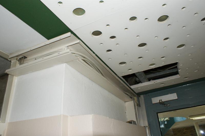 Rathaus Schäden an Decke und Kabelschacht in Flur